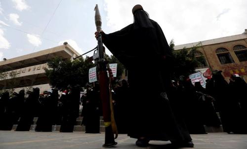 """"""" زينبيات الحوثي """" يحرقن مكتبة دينية في مسجد بصنعاء"""