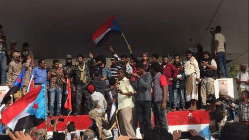 وسط دوي الانفجارات.. فعالية احتجاجية بساحة العروض للمطالبة بإسقاط حكومة بن دغر