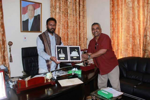 الشيخ بن حبريش يتسلم شهادة تقدير ومجسمًا تذكاريًا من مركز حضرموت للإعلام والرأي العام