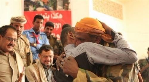 بالصور: قوات الشرعية تسلم 27 طفلاً من أسرى الحوثي لأهاليهم في مأرب
