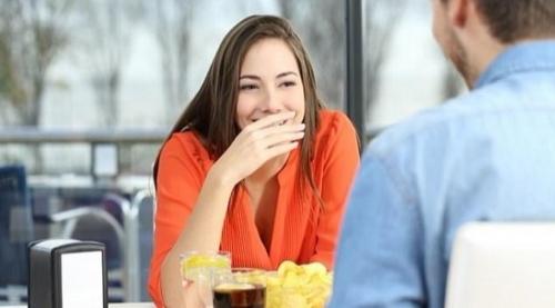 ما هي أسباب رائحة الفم الكريهة وطرق التخلص منها؟