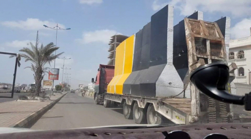 نصب حواجز خرسانية امام منزل وزير الداخلية لتأمينه بعدن