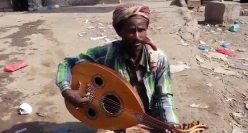 فنان شعبي يحارب الحوثيين بالعود والغناء (فيديو)