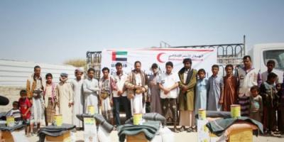 الهلال الاحمر الإماراتي يسير قافلة مساعدات إغاثية للبدو الرحل بعزلة باقتيبة بمديرية مرخة في شبوة