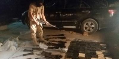 بالصور : قوات النخبة الشبوانية تضبط اسلحة مهربة  قادمة من محافظة مأرب