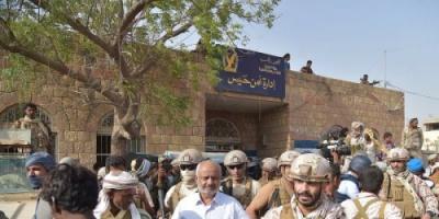 القوات المسلحة الإماراتية تؤمن أول قافلة مساعدات من الهلال الاحمر الإماراتي لمديرية حيس بعد تحريرها