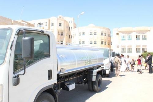 محافظ المهرة يُدشن تسليم «5» وايتات مياه اسعافية لمديرية قشن ...ويعد بالعمل على حل مشكلة المياه فيها
