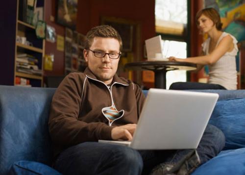 هل يسبب تجاوز حدود الخصوصية على الإنترنت الخلافات بين الأزواج
