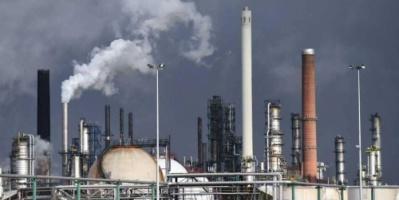 النفط يهوي ويتكبد أكبر خسارة أسبوعية في عامين