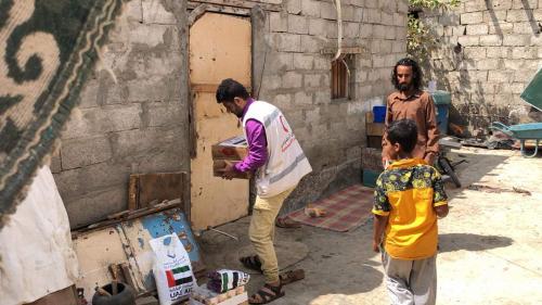 الهلال الأحمر الإماراتي يغيث عدد من الأسر الفقيرة بعدن