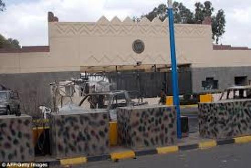 السفارة الأمريكية تسرح 360 موظفا يمنيا