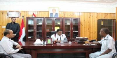 محافظ المهرة يوجه مكتب الصحة والسكان وصندوق النظافة والتحسين بتنفيذ حملة رش في حصوين وقشن