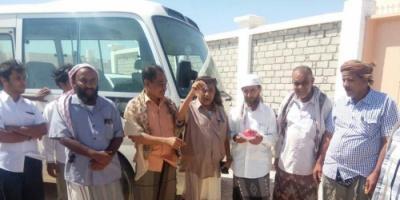مدير عام  سيحوت يسلم باص منطقتي عتاب ورخوت الشرقية المقدم من المحافظ