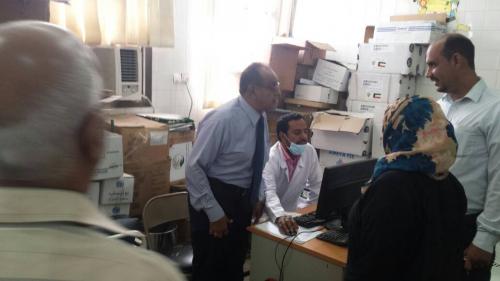 مدير صحة عدن يتفقد مجمع حاشد