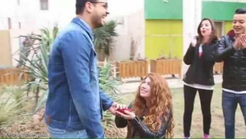 مواقع تواصل: فتاة عربية تطلب يد صديقها على الملأ