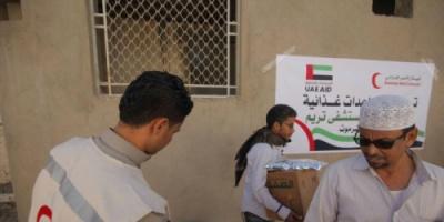 مساعدات غذائية من الهلال الأحمر الإماراتي لمتعاقدي مستشفى تريم بوادي حضرموت
