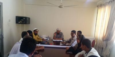 مناقشة آلية العمل في مشروع إعادة تأهيل الممرات الخلفية بمدينة التواهي بعدن
