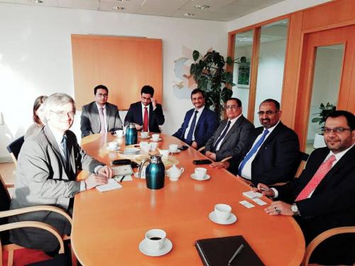 الرئيس الزبيدي واعضاء من هيئة الرئاسة يلتقون مبعوث مملكة السويد الى اليمن وليبيا