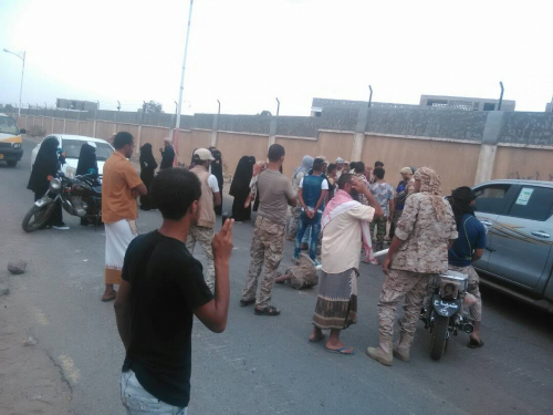 عسكريون محتجون يقطعون خط عدن - المخا للمطالبة بصرف مرتباتهم