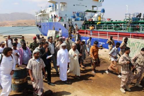 محافظ المهرة يتفقد مرافق ميناء نشطون ويحث على تقديم التسهيلات أمام التجار والموردين