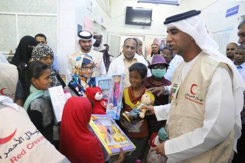 الهلال الإماراتي يطمئن على اطفال المكلا المصابين بالسرطان.