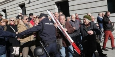"""إسبانيا: آلاف المتقاعدين الاسبان يغلقون الطريق الى البرلمان احتجاجاً على""""سرقة المعاشات"""""""