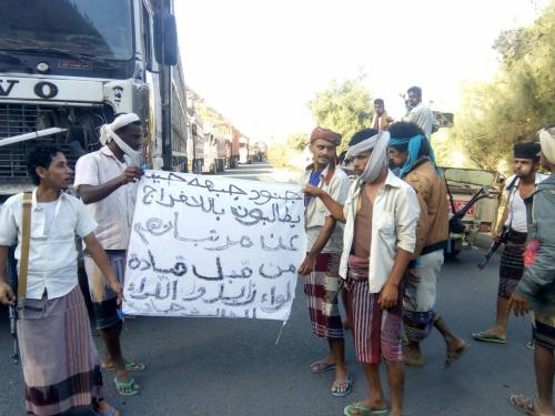 جنود في جبهات طورالباحة يقطعون طريقا رئيسا بين عدن وتعز احتجاجاً على عدم صرف مرتباتهم