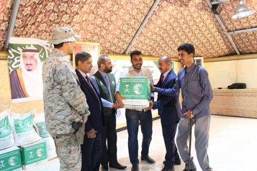محافظ حضرموت يدشن توزيع المساعدات الغذائية لمركز الملك سلمان للاغاثة والأعمال الانسانية