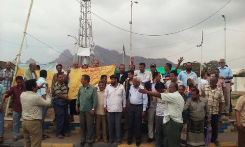 موظفو شركة النفط بعدن يواصلون اعتصامهم المفتوح للمطالبة بوقف احتكار المشتقات النفطية