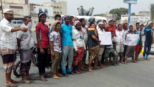 منتسبون لنادي حسّان أبين ينفذون وقفة احتجاجية للمطالبة بصرف مرتباتهم