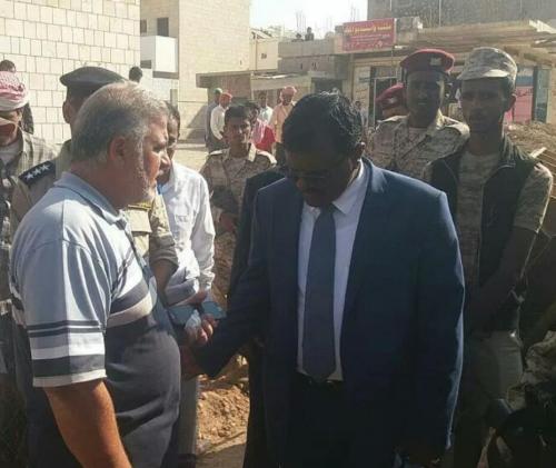 محافظ سقطرى يتفقد سير العمل في رصف شارع 20 في حديبو ويشيد بدور الإمارات في عملية التنمية بالمحافظة