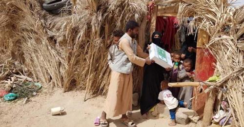 مركز الملك سلمان للإغاثة يوزع التمور في محافظة الجوف اليمنية