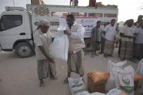 """""""صور"""" الهلال الأحمر الإماراتي يقدم مساعدات غذائية لأهالي مديرية تريم بحضر موت"""