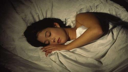 العلماء يثبتون فائدة النوم للعقل