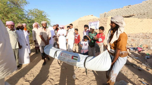 (صور) قافلة اغاثة  إماراتية لسكان صحراء حضرموت