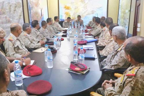 أول اجتماع للقائم بأعمال وزير الدفاع مع رؤساء الهيئات والدوائر بالوزارة