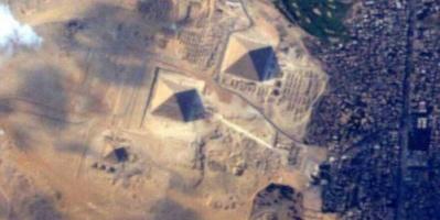 """أهرامات مصر """"تشعل المنافسة"""" بين رائدي فضاء"""