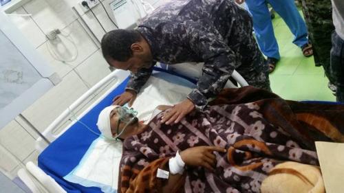 مدير امن عدن يزور الجندي العزاني ويطمئن على صحته