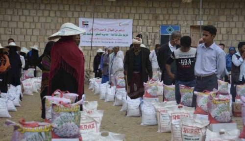 «الهلال» الإماراتي توزع «3» آلاف سلة غذائية على أهالي الصلو بتعز