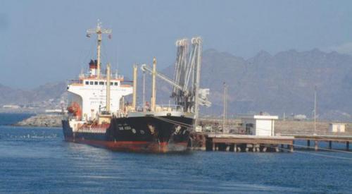 اليمن يحذر من كارثة بيئية كبيرة قبالة سواحل الحديدة
