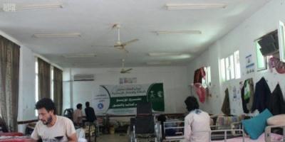 مركز الملك سلمان للإغاثة يوزع المساعدات الإيوائية والتمور للمصابين جراء زرع الألغام والقذائف الحوثية في مأرب