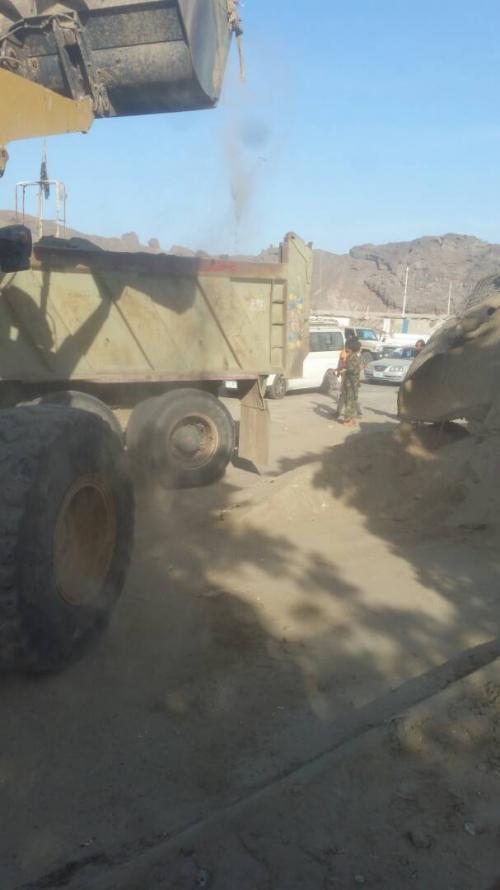 شاهد بالصور ..قوات الحزام الأمني تستكمل رفع الحواجز والمخلفات الأمنية غير الأساسية في عدن