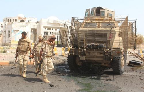 """حدث قبل قليل : تسليم """"15"""" جندي من قوات الحزام الأمني لمدير أمن أبين"""