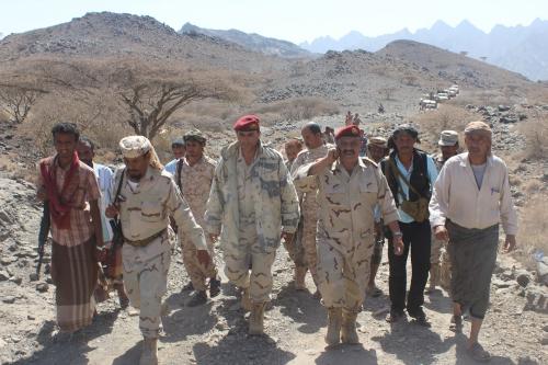 اللواء فضل حسن يتفقد الخطوط الامامية لجبهة كرش ويطلع على العمليات القتالية فيها 