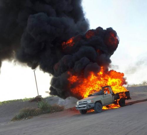 حريق يلتهم طقم عسكري للشرعية بمأرب كان في مهمة بيع المشتقات النفطية بالسوق السوداء