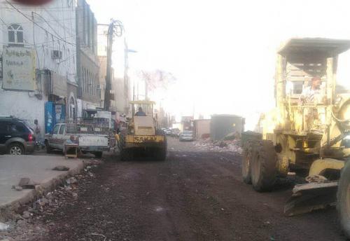 عدن : المؤسسة العامة للطرق تواصل تنفيذ مشروع سفلتة شارع الطويلة  - الصهاريج بكريتر