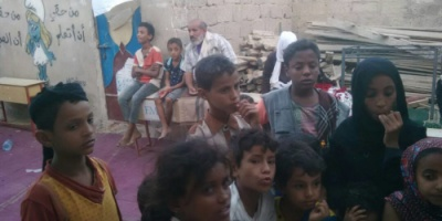 جمعية التعايش توزع ملابس للأسر النازحة وأمهات المعاقين والجرحى بعدن