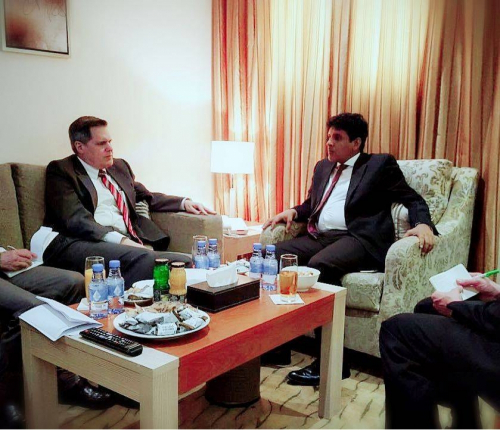 محافظ المهرة يناقش مع السفير الأمريكي أوضاع المحافظة وتنسيق الجهود في مكافحة التهريب وتعزيز الأمن