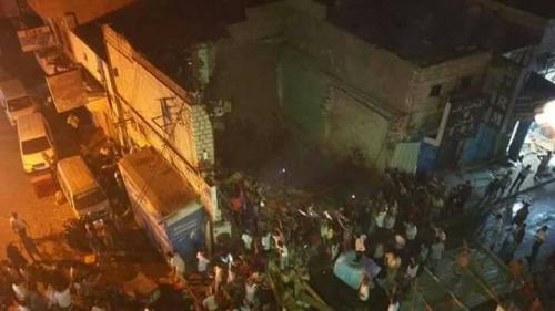 """انهيار بناية سكنية في كريتر وانتشال 3 من سكانها لا زالوا على قيد الحياة """" صور """""""