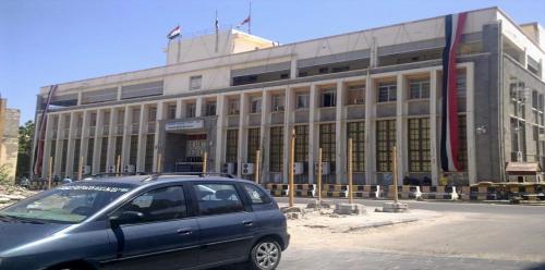 أزمة سيولة تعيشها عدن بعد وقف البنك المركزي اليمني تعاملاته المصرفية